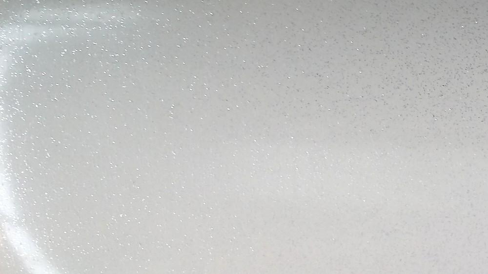 Pavimento bianco lucido con brillantini: piastrelle bianco guarda le